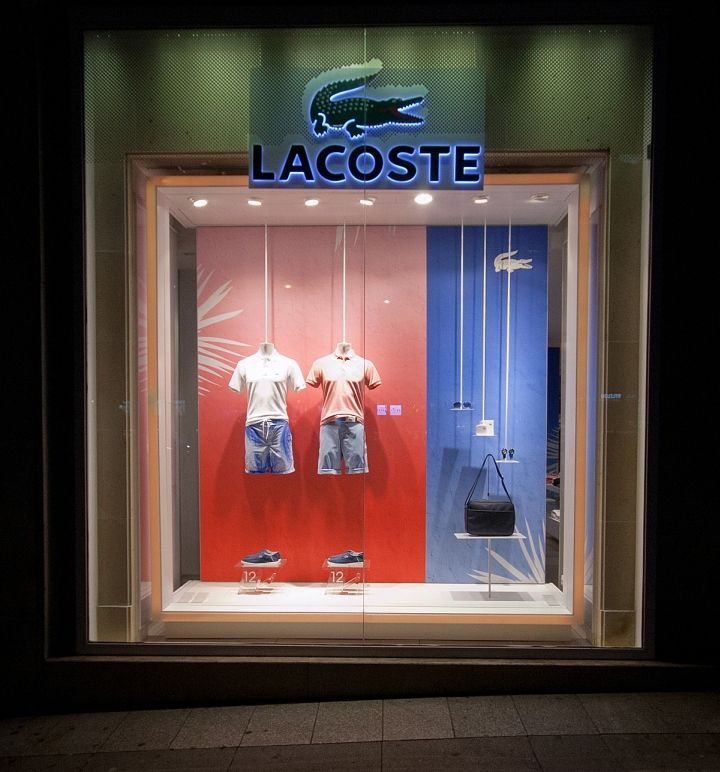 Lacoste windows 2014 Its a combination of horizontal and diagonal display where the garments and shoes are horizontally placed while the accessories give  a diagonal display . The DIRECTION goes from the garments to the accessories display because of the SIZE and COLOR making red more prominent than blue