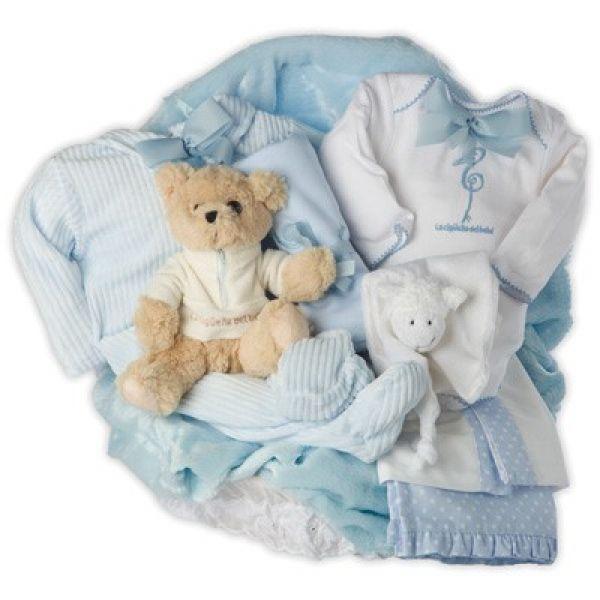 """Canastilla Especial Noche. Canastilla para bebé especialmente pensada para desear al bebé """"dulces sueños"""". Un regalo para bebé muy completo, ya que incluye complementos para la cuna, como el juego de sábanas, o una acogedora y suave manta de velour. Un pijamita calentito para las noches de invierno y un body interior siempre necesario. Y para evitar ensuciar la ropa de mamá, un práctico pañito de lactancia. #canastillas #regalos #babygifts #bebés"""