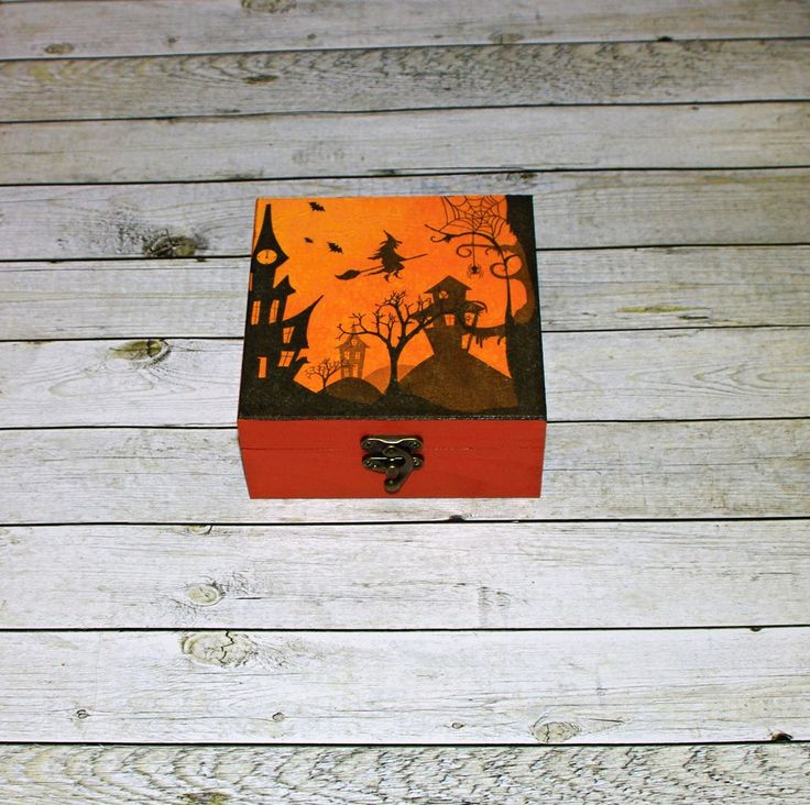 Strašidelný+les+Dřevěná+krabička+o+rozměrech+cca+13,2x13,2+cm+a+výšce6,1+cm.+Krabička+je+natřena+akrylovými+barvami,+ozdobená+technikou+decoupagea+zapínáním.+Následně+přetřena+lakem+s+atestem+na+hračky,+uvnitř+nechána+přírodní.