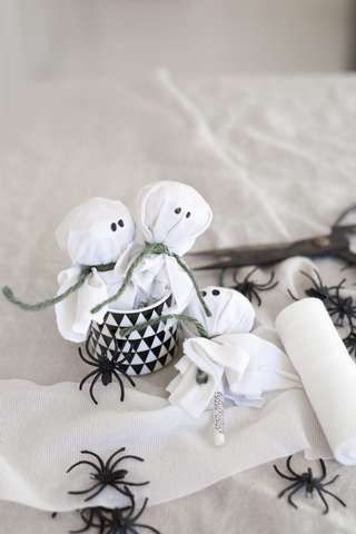 UHUUU: Spøkelse på pinne er enkelt å lage og morsomt å spise.