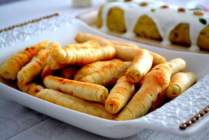 Загрузка... Сигара бёрек — это знаменитые турецкие пирожки, скрученные в трубочки. По форме они напоминают кубинские сигары, оттуда и название. Диаметр пирожков не должен превышать 2 см. Настоящие сигара бёрек готовятся из теста Фило (Filo) с соленым творогом, брынзой или мясом, последние менее популярны. У нас тесто Фило купить трудно, готовить его (растягивать) нет желания, […]