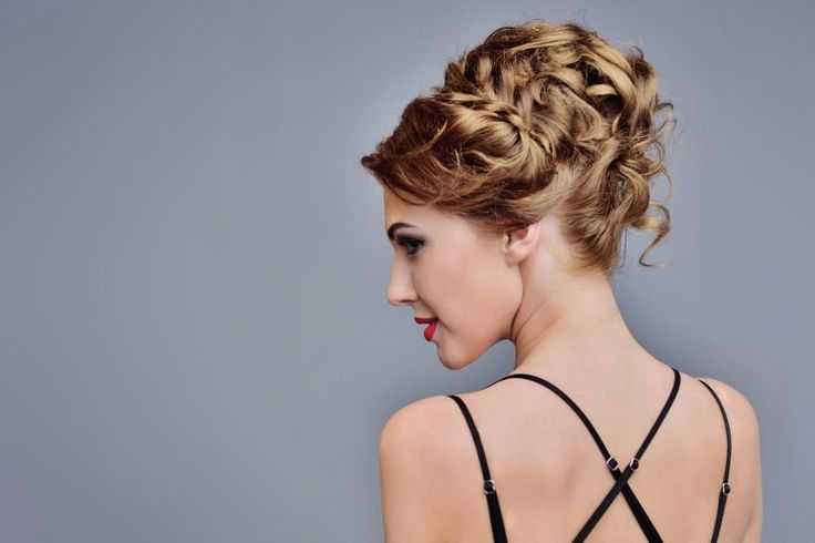 Hochsteckfrisuren für jeden Haar-Typ von elegant bis lässig -                         Für diese Frisur lohnt es sich zum Frisör zu gehen. Die Haare werden an der Seite in kleinen Strähnen eingedreht und am Kopf festgesteckt.