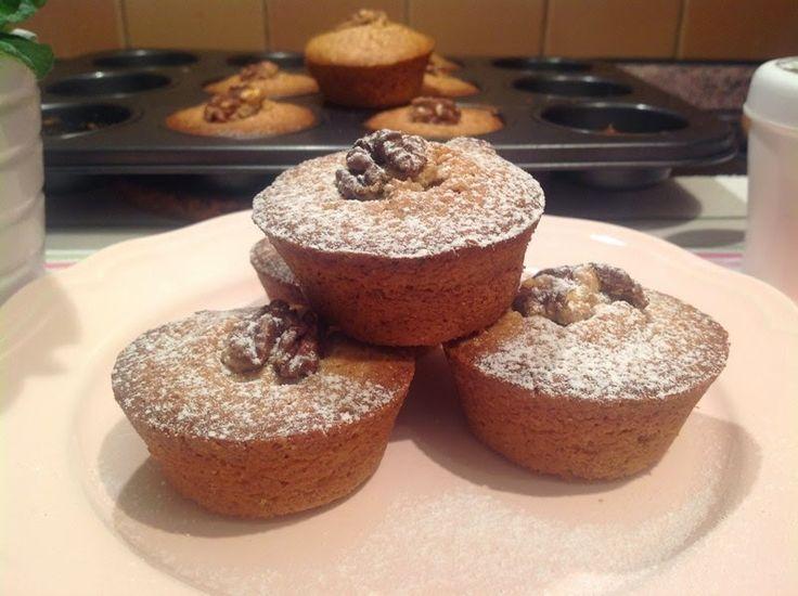 Ořechové koláčky:  1 hrnek mletých vlašských ořechů 1/2 hrnku polohrubé mouky 2/3 hrnku tmavého třtinového cukru (případně více dle chuti) 125 g rozpuštěného másla, zchladlého  2 velká vejce půlky ořechů na ozdobu (není nutné)