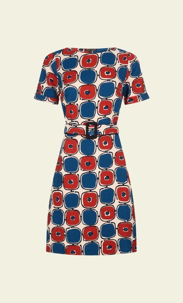 Het model van de jurk is vrij basic, maar door de omgeslagen mouwen, de ceintuur en de grafische print krijgt de jurk een moderne jaren 60 look. De elastische stof is  stevig en heeft een reliefje. In de achterkant zitten twee coupenaden verwerkt.