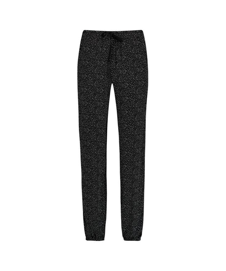 Hunkemöller Pyjamabroek Woven Zwart  Ontspan in deze heerlijke comfy pyjamabroek! De broek heeft een print en is afgewerkt met een strik. Maak jouw pyjama set compleet!  Lange broek  Elastiek in tailleband  EUR 24.99  Meer informatie
