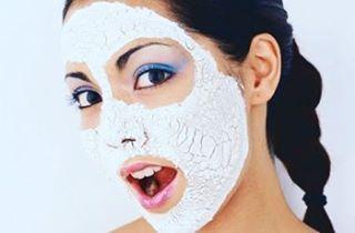 Натуральные маски для лица - прекрасное и недорогое средство для ухода за кожей в домашних условиях.�� Кроме подтягивающего и разглаживающего эффектов маска из белой глины  поможет  затормозить процессы старения и устранить видимые недостатки кожи, придав лицу свежесть и ухоженный вид.�� Главное  преимущество белой глины  заключается в очищении кожных покровов от токсичных веществ, бактерий и загрязнений.�� Она  вытягивает их из эпидермиса.  Подходит для всех типов кожи, эта особенность и…