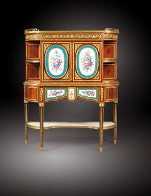 Secrétaire d'époque Louis XVI. Caractéristique : utilisation de la porcelaine et représentation de bouquets de fleurs légères