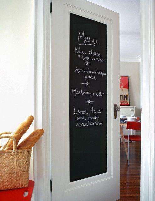 porta da cozinha pintada com tinta para quadro negro, para escrever o menu da semana