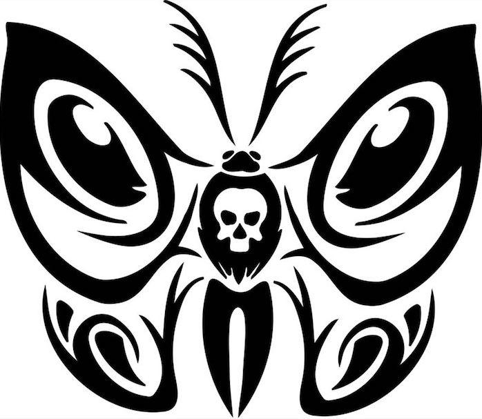 hier finden sie ein weißer totenkopf und ein fliegender schwarzer schmetterling   idee zum thema schmetterling tattoo vorlage