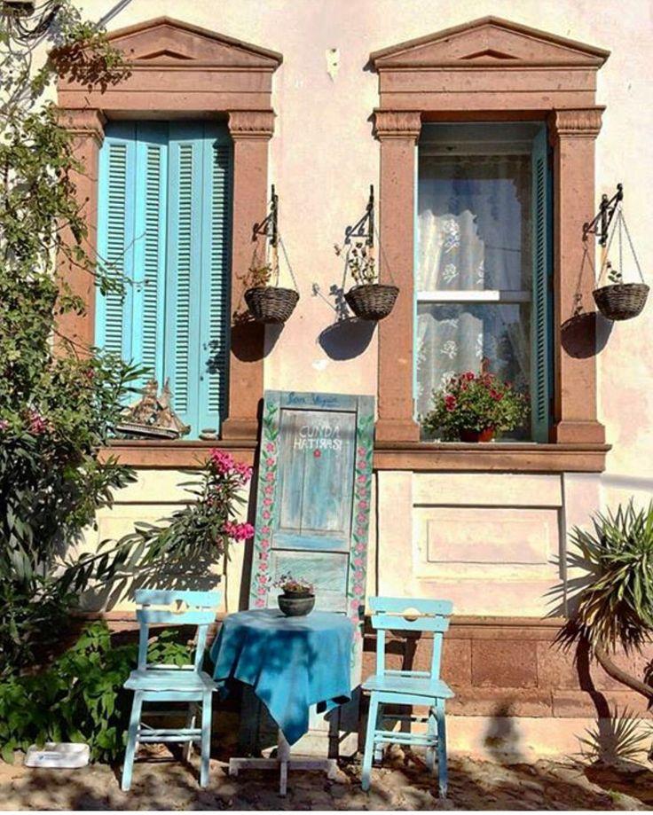 Ayvalık / Cunda sokakları sürprizler dolu  Eski taş evler , tahta sandalyeler , rengarenk çiçekler ve arnavut kaldırımlı dar sokaklar...