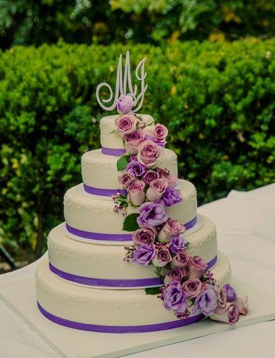 Hochzeitstorte weiß, lila mit echten Blumen