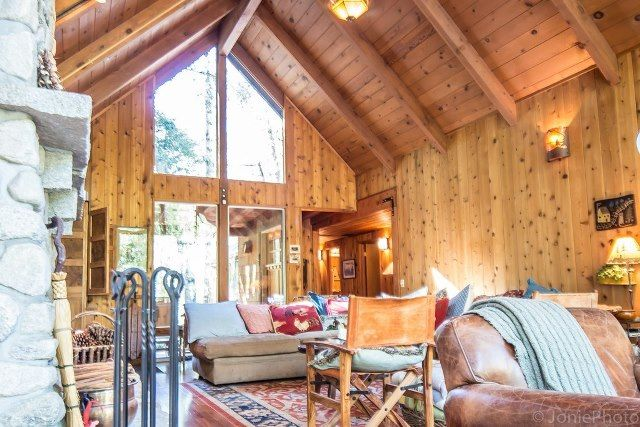 Great room with knotty pine ceilings and walls stunning for Knotty pine cabins idyllwild