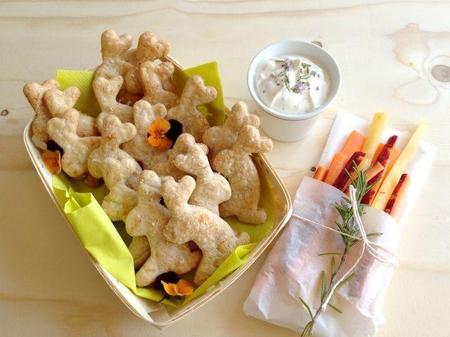 schaeresteipapier: Hasen mit Karotten - Käsekräcker für Ostern