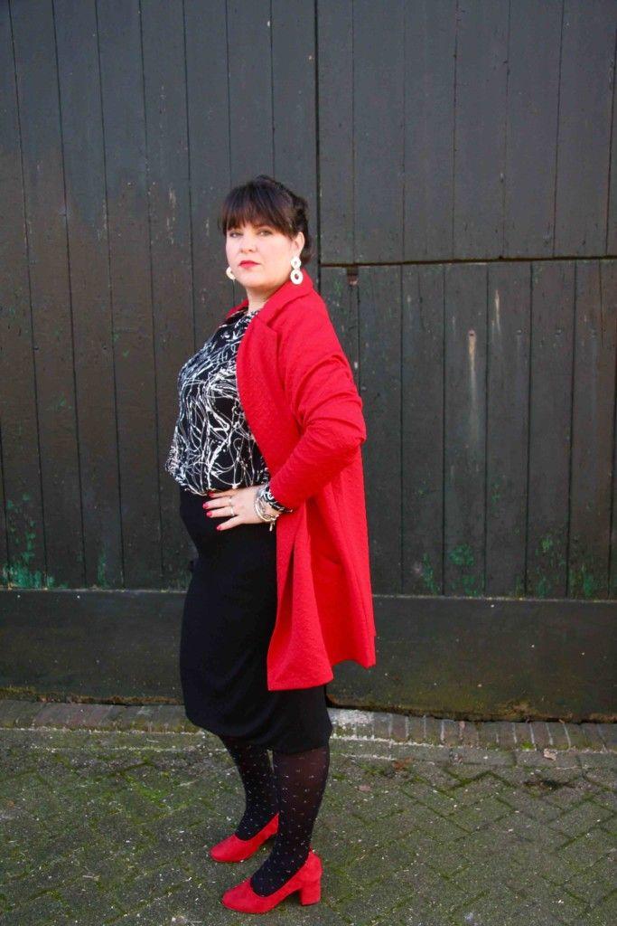 x-two.red, strakke rok, dikke buik, foto van opzij, wondervol