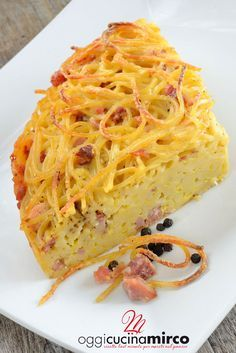 La frittata di pasta in padella è un piatto ricco tipico della cucina napoletana che possiamo preparare velocemente ma utile anche se vogliamo riciclare gli avanzi di cucina.