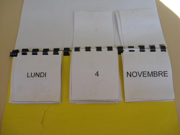 Les enfants indiquent chaque matin la date sur leur calendrier perpétuel individuel.