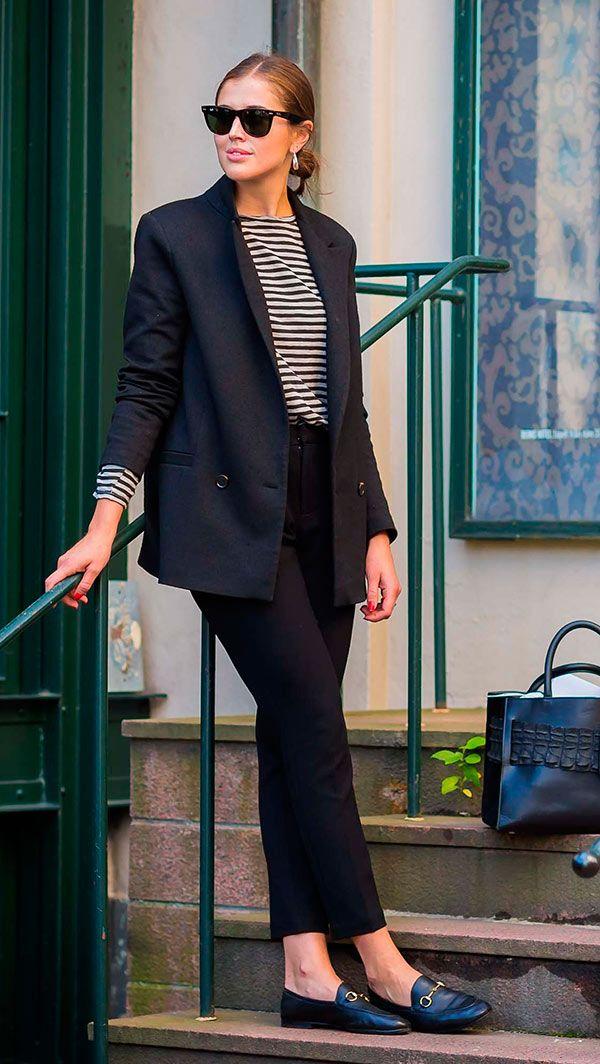 Street style look com blusa listrada, blazer e calça social
