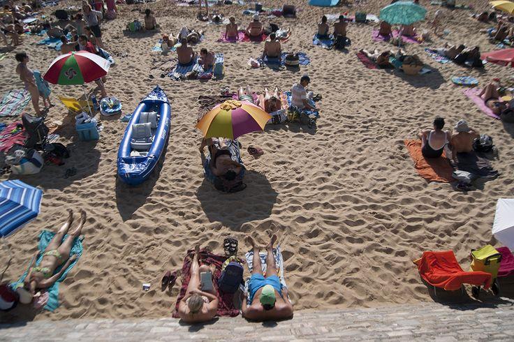No quedan huecos en la playa de San Juan de Luz (Francia) cuando llega el agosto.