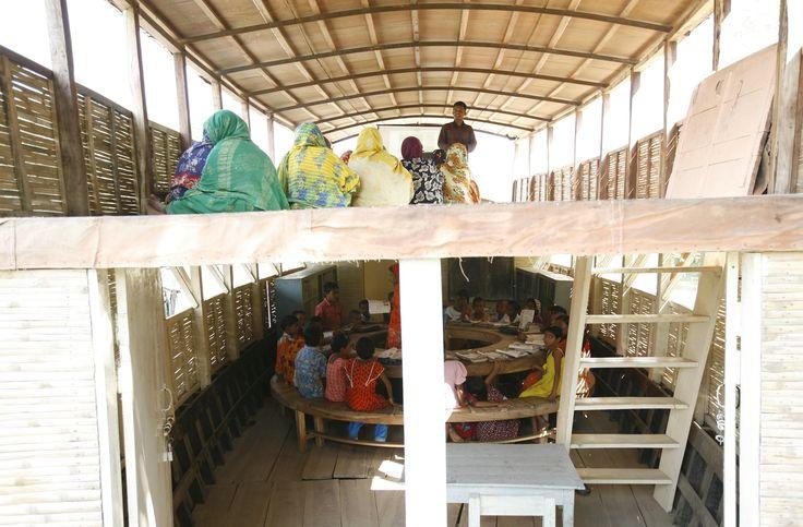 Escolas flutuantes. Em Singra, uma escola flutuante de dois andares oferece educação primária no convés inferior e cursos de treinamento para adultos no convés superior. São usados equipamentos multimídia para fornecer estes treinamentos.  Fotografia: Abir Abdullah / Shidhulai Swanirvar Sangstha.
