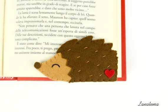 Handmade felt hedgehog corner bookmark  Cute hedgehog bookmark with red heart; I realized it using felt and its ready for you! Easy to use, just add it at the corner of the page and youre done; made of soft felt is comfortable and not cluttered.  • Felt: brown, light brown, red, white • Size: 3,5x 1,9 (9x5cm) • Items come from a smoke free home  For other bookmarks click here: https://www.etsy.com/it/shop/Lanatema?section_id=16200628&ref=shopsection_leftnav_4  Before the purchase, read the…