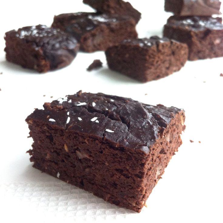 Dit heb je nodig Blik zwarte bonen van 400 gram (uitgelekt 265) 6 grote zachte dadels (laat deze een kwartier weken in warm water) 2 eieren 4 el (rauwe) cacaopoeder 2 el honing (of andere zoetstof) 3 el gesmolten kokosolie 2 tl wijnsteen bakpoeder 1 tl vanille extract Snuf zout 2 el cacaonibs (optioneel) 2 …