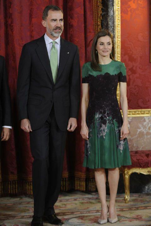 En el almuerzo celebrado en honor al presidente de Costa Rica la reina Letizia lució este vestido lady en color verde con estampado floral de Carolina Herrera. Como accesorios eligió unos salones nude de Magrit y se decantó por un look 'beauty' muy natural.