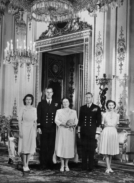 Was als Teenagerliebe begann, wird am 9. Juli 1947 offiziell gemacht. Damals verkündete der Buckingham Palast die Verlobung von Prinzessin Elizabeth, der zukünftigen Queen, und Philip Mountbatten, einem Leutnant der Royal Navy. Mit dabei: Prinzessin Margaret, die jüngere Schwester der Frischverlobten. Und natürlich deren Eltern: Die Königin Elizabeth, die spätere Queen Mum, und King George VI.
