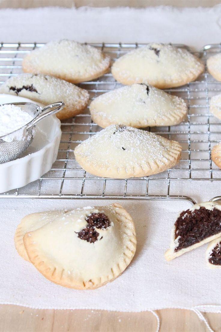 Le impanatiglie modicane, o dolci di carne, sono dei biscotti formati da un involucro di pasta morbida e ripieni di un composto di mandorle, cioccolato, zucchero, cannella e carne di vitello.