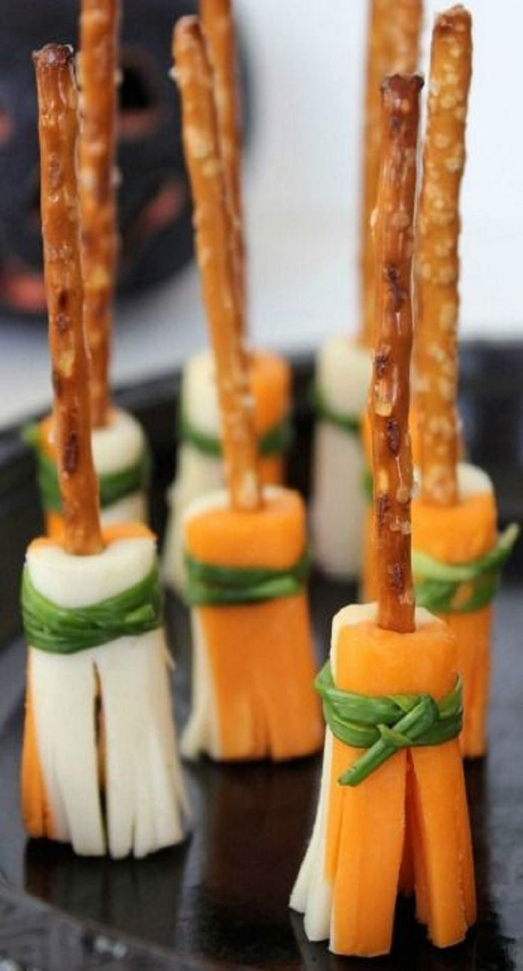 Palitos de sal com cenoura e queijo enrolados parecem vassouras de bruxa.
