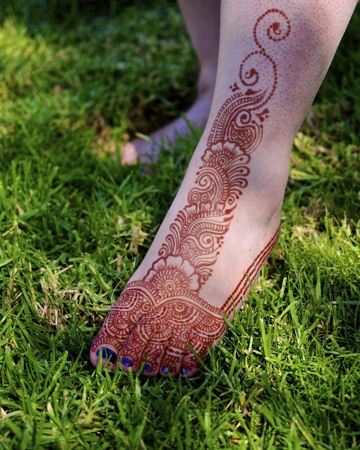 Rainy days mean a greener lawn is in my future! I did this piece for @antoindotnet a few years ago at @henna_con (a fantastic henna conference at which to improve your skills) which was inspired by @hussainmaaz I just love the color of natural henna! Henna by @hennalounge #henna #mehndi #icnhacertified #icnha #gorimehndiwali #hennatattoo #bayareahenna#415#SFO #hennaguru#hennashop #hennacones #hennapowder #hennapaste #hennarecipe #hennaloungerecipe #hennaloungestain #organichenna…