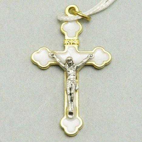 Croce per Prima Comunione in metallo dorato con smalto Bianco simile alla madreperla. Disponibili tre misure: cm 4, cm 5,5 e cm 8,5. Corredata di laccio bianco.