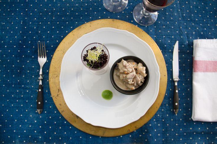 Galletto al curry e riso nero.  Il galletto profumato al curry verde è una tipica ricetta thailandese. Il galletto viene scottato con la pasta di curry, vengono aggiunte le verdure e tutto viene sfumato con il latte di cocco. A parte il riso Venere viene bollito. Con i suoi chicchi donerà croccantezza al piatto. Seguendo i passaggi sarà semplice catapultarsi sulla più bianca delle spiagge, la più caotica fra le città o la più rigogliosa tra le foreste.