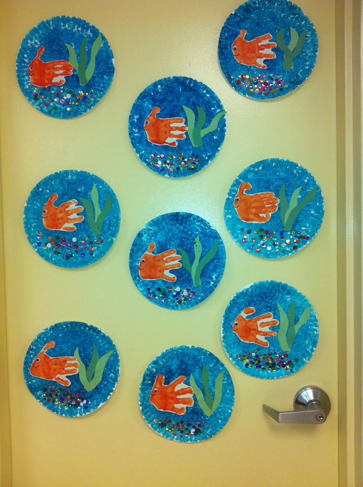 Fish bowl craft for preschoolers :). Paint paper plate with bubble wrap, handprint fish, construction paper seaweed, and sequin rocks!