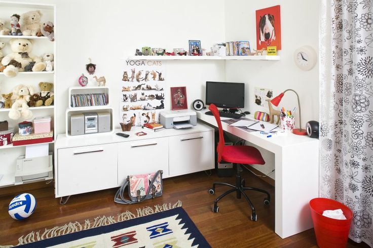 Białe biurko dla dziewczynki będzie pasowało do pokoju ucznia urządzonego w jasnych barwach. Biurko dla dziewczynki powinno być funkcjonalne i wygodne, ale także ładne. W naszej galerii pokazujemy 10 pomysłów na ciekawe ustawienie białego biurka dla dziewczynki.