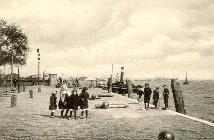 Maasboulevard. In de verte ligt Rotterdam.