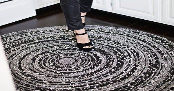 Tapetes redondos são, sem dúvida, muito inovadores e elegantes. Aprenda como fazer esse tapete de tecido a partir de um passo a passo super simples.