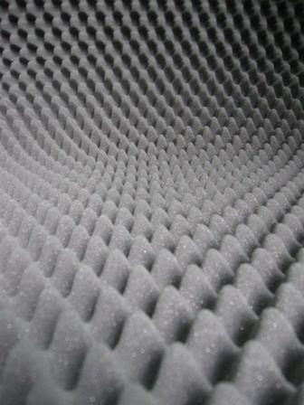 Pianka profilowana FALA 5 cm (Gruzełki). Maty profilowane są stosowane do wygłuszania pomieszczeń. Dzięki zastosowaniu specjalnych wypustek na powierzchni pianki są one wykorzystywane do zmniejszania pogłosu w lokalach mieszkalnych, biurach.