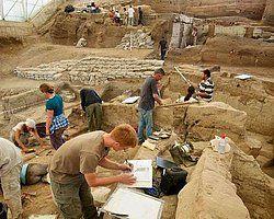 Dünyanın ilk kendirden dokunmuş keten kumaş parçası Çatalhöyük'te yapılan kazı çalışmalarında bulundu. Konya'nın Çumra ilçesi sınırlarındaki neotilik yerleşimde bulunan kumaş parçasının 9 bin yıllık olduğu sanılıyor.