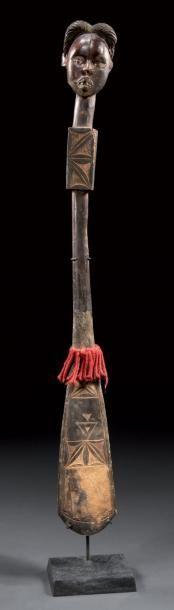 Pagaie de danse Ethnie Ekoï, Nigeria Bois, tissus, cuir, pigments et clous de fer H. 88 cm Cette pagaie ornée d'un très beau visage dans le style classique de l'ethnie montre un grand sens de l'ornementation… - Binoche et Giquello - 01/03/2013