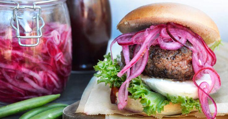 En saftig burgare direkt från grillen slår det mesta. Men med picklad rödlök så blir den extra god - prova!