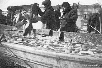 Początek lat 80 ubiegłego wieku dał się we znaki każdemu. Gospodarczą codzienność okresu stanu wojennego można streścić w trzech słowach: kartki, kolejki i braki.   Właściciele, aby mieć czym handlować, jeździli po ryby do oddalonego o 100 km Szczecina, by tam zaaopatrywać się w rarytasy łowione przez zaprzyjaźnionych miejscowych rybaków, którzy niekiedy ryzykując własną wolnością zaopatrywali naszą smażalnie