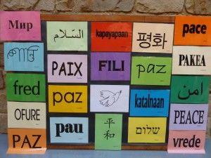 Mural amb la paraula Pau amb totes les llengües dels infants de l'escola.