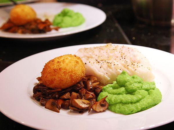 Vitvinspocherad torskrygg med friterat ägg | Recept.nu