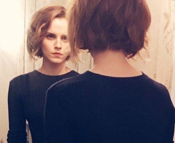 Porém, no fim deste ano, Emma Watson foi picada novamente pelo bichinho do cabelo curto e passou a tesoura nos fios. A artista mostrou, em seu Instagram, o bob curtinho, na altura do queixo, e ondulado