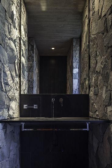 CASA SH #WAA #arquitectura #arq #architects #architecture #arqchile #archdaily #houses #house #Chile #arquitecturachilena #obra #construccion #design #arquitecturalatinoamericana #homedetails #housedesign #building #instaarq #instaarch #instadesign #hormigon #concret #colina #lights #grass #patio #fachadas #Interior #stone #piedra
