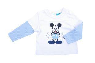 Camiseta para bebe niño en color blanco, con un Mickey estampado al frente y en la espalda. Cuello redondo y mangas cortas, con manga larga por debajo con rayitas azules y blancas.