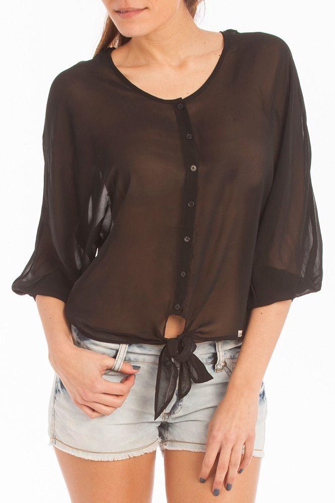 Outfit de shorts y blusa transparente de Lois Jeans.