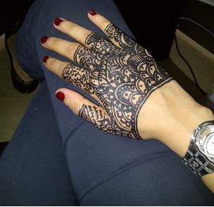henna glove