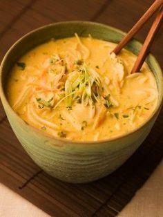 Soupe plus que délicieuse : lait de coco, curry, légumes et crevettes.