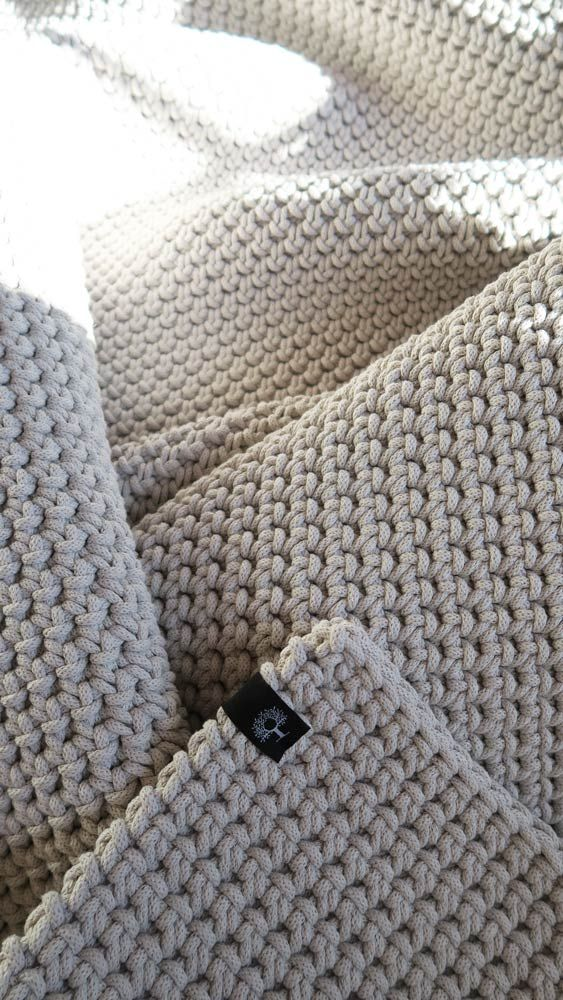 Gruby, mięsisty dywan, wykonany ręcznie na szydełku dwustronnym splotem z bawełnianego sznurka (140 x 220 cm). Pięknie się układa, można go prać w pralce, świetny jako dodatek do wnętrza w stylu skandynawskim, idealny jako mata do jogi, zabawy dla dzieci. Ciepły i przyjemnie miękki. #dywan #sznurek  #sznurka #sznurkowy #bawełniany #rękodzieło #diy #szydełko #szydełkowane #naszydełku #beż #skandynawski #styl #wnętrza #handmade #carpet #crochet #white #scandi #style #scandistyle #chabbychic